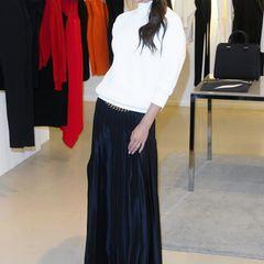 Victoria Beckham selbst ist das beste Aushängeschild für ihre Kollektionen. Zur Eröffnung ihrer Boutique in Manchester trägt sie einen weißen Cashmere-Pullover aus der Herbst-Kollektion 2014 kombiniert mit schwarzem Maxi-Rock.