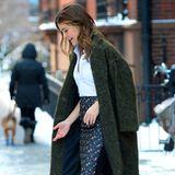 Schneesturm in New York? Egal, Keri Russell wagt sich im Bleistiftrock von Victoria Beckham, weißer Bluse und grünem Wollmantel vor die Tür. Nur die roten Sandal-Pumps sind wohl nicht das richtige Schuhwerk, um durch den Schnee zu stapfen.