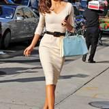 Miranda Kerr zieht in ihrem cremefarbenen Victoria-Beckham-Kleid die Blicke der New Yorker Passanten auf sich.