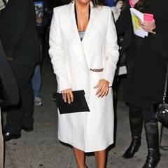 Eva Longoria hat mittlerweile sicher einen eigenen Kleiderschrank nur für die Outfits ihrer guten Freundin Victoria. Der weiße Wollmantel mit Gürtelkette gehört zu ihren Lieblingsstücken.