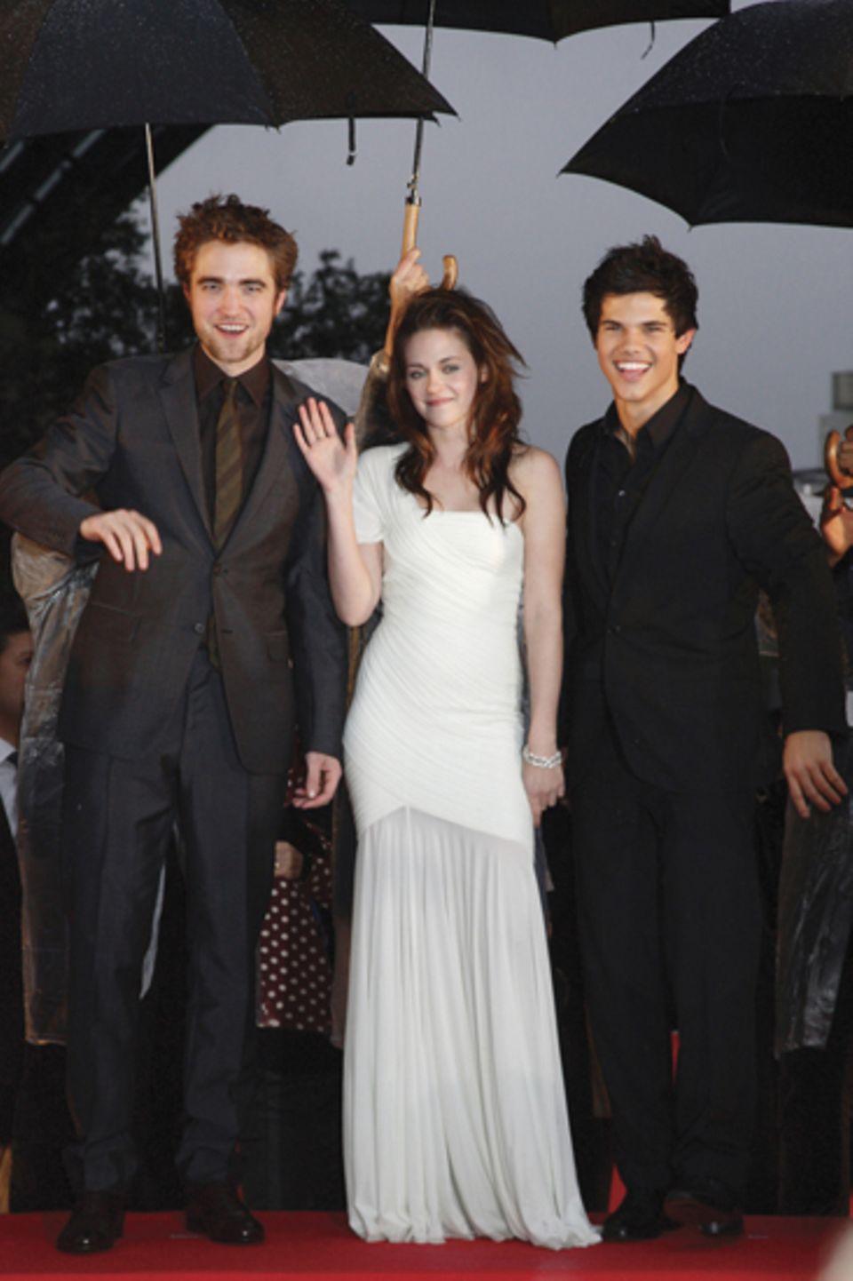 Mit seinen Co-Stars Kristen Stewart und Taylor Lautner auf der Tokio-Premiere von ?Twilight ? Bis(s) zum Morgengrauen?