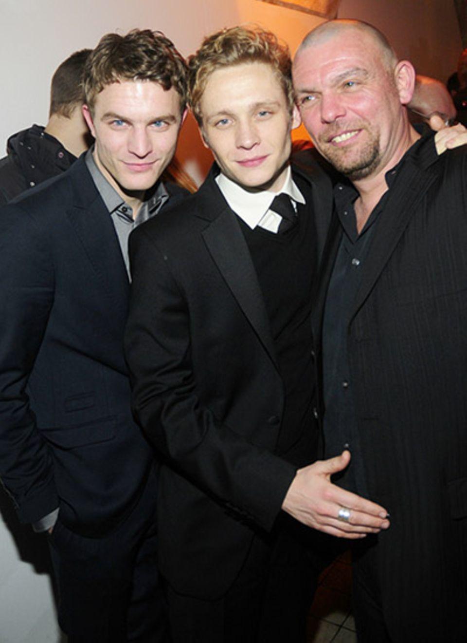 Friedrich Mücke und Matthias Schweighöfer freuen sich mit Produzent Tom Zickler über die gelungene Filmpremiere.