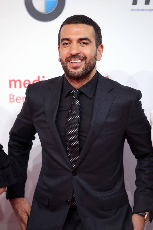 Elyas M'Barek achtet sehr auf sein Äußeres und tritt oft im Anzug auf. In seiner Freizeit trägt er aber auch mal Hoodies.