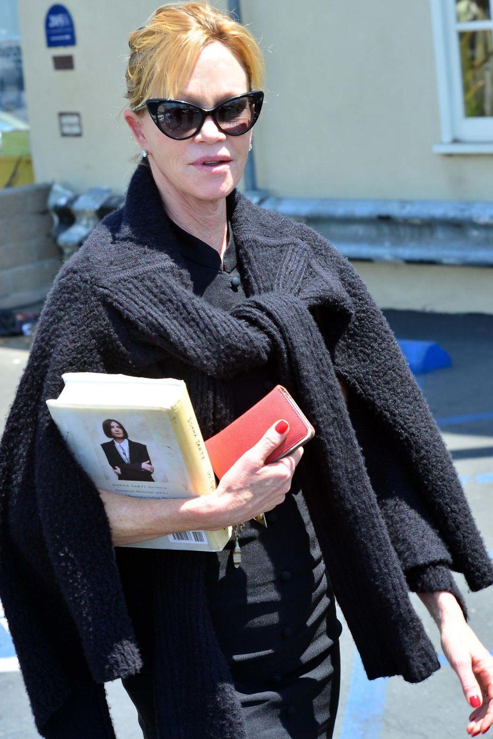 """Melanie Griffith schlendert mit dem Buch """"The Goldfinch"""" von Donna Tartl unter dem Arm durch Los Angeles."""