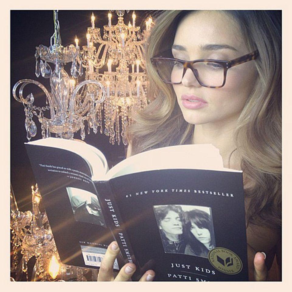 """Lesen wie ein Model: Miranda Kerr widmet sich dem """"New York Times""""-Bestseller """"Just Kids"""" von Patti Smith und schwärmt bei Twitt"""