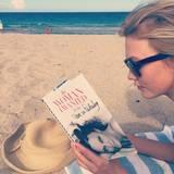 """Karlie Kloss sucht sich als Strandlektüre Diane von Fürstenbergs Biografie """"The Woman I wanted to be"""" aus."""