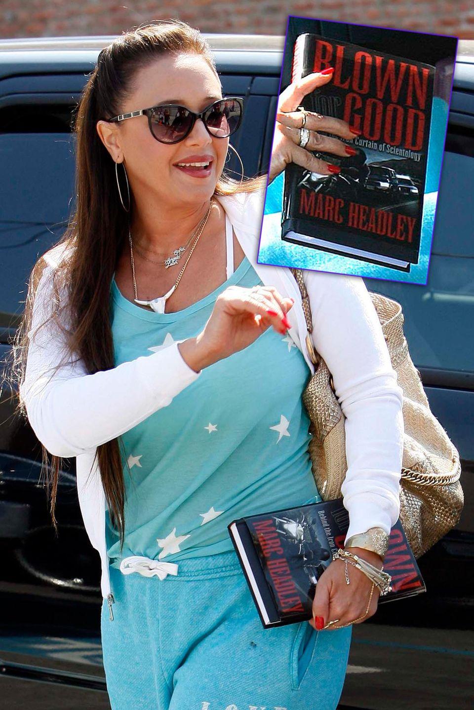 """Nach ihrem Ausstieg bei Scientology liest Leah Remini den Bericht eines weiteren Aussteigers: """"Blown For Good: Behind The Iron Curtain Of Scientology"""" von Marc Headley."""