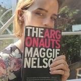 """Emma Watson liest """"The Argonauts"""" von Maggie Nelson."""
