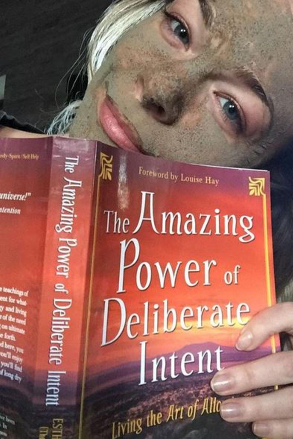 """Der perfekte Sonntag gestaltet sich für Country Sängerin LeAnn Rimes mit einer Maske im Gesicht und einer guten Lektüre wie """"The amazing Power of delibarete Intent"""", die erstaunliche Macht des Voratzes."""