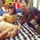 """Hilaria Baldwin postet ein Bild bei Instagram und schreibt dazu: """"Mein Mann und ich lesen gerne im Bett""""."""
