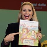 """Michelle Hunziker ist nicht nur eine erfolgreiche Moderatorin, Sängerin und Mutter. Sie hat nun auch ein Kinderbuch veröffentlicht mit demTitel """"Lole in the valley of Emme"""". Ihre Töchter Sole und Celeste kennen sicher die Geschichten von Lole bereits. Es ist ein Buch über die Schweiz und den schweizer Käse Emmentaler."""