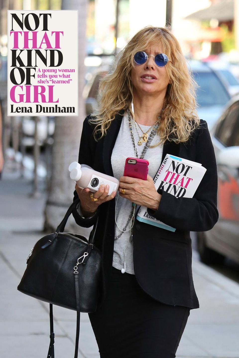 """Mit Handy, Flasche Saft und ein Buch unterm Arm läuft Rosanna Arquette durch Beverly Hills. Sie liest aktuell das Buch von Schauspielkollegin Lena Dunham """" Not that kind of Girl""""."""