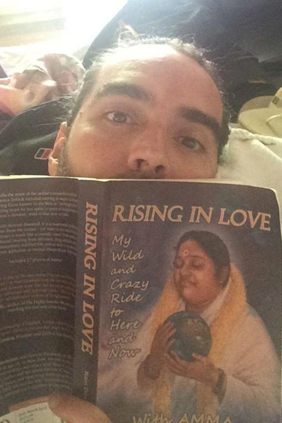 """Auf der Suche nach Mut, Liebe und Mitgefühl lässt sich Russell Brand von """"Amma"""" inspirieren und liest dafür ihr Buch """"Rising in Love""""."""