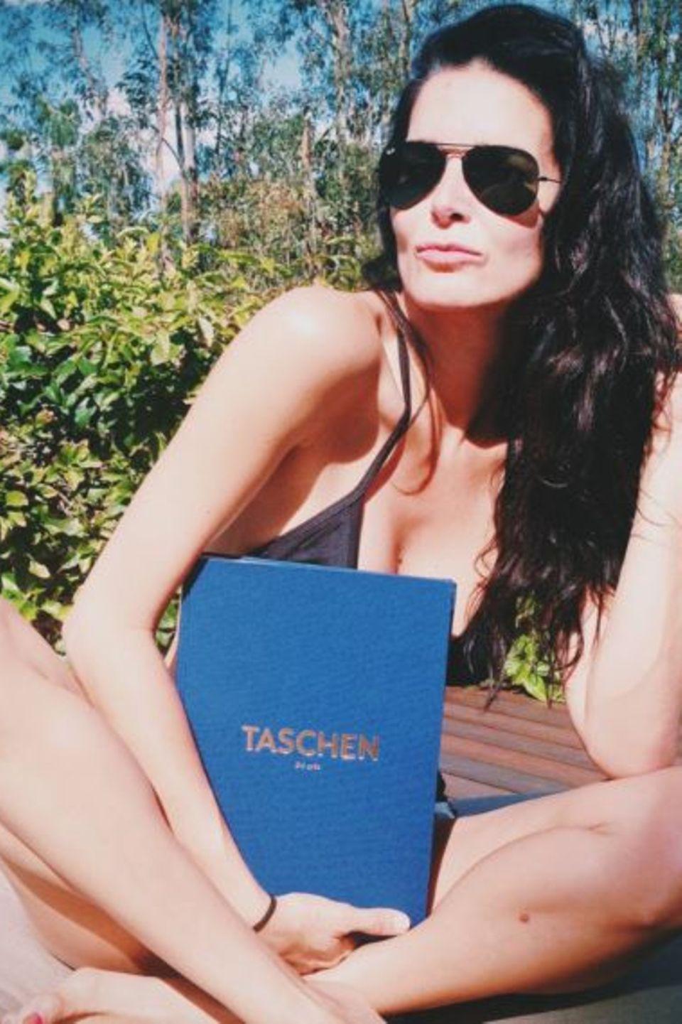 Angie Harmon macht es sich mit ihrem Taschenbuch in der Sonne gemütlich.