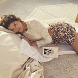 """Model Marie Nasemann weiß wie man enstpannt, dazu braucht es ein gutes Buch, Sonne und eine kuschelige Liege. Sie liest übrigens """"Die Zeit, die Zeit"""" von Martin Suter."""