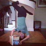 """Hilaria Baldwin macht es sich mit dem Buch """"When the Cypress Whispers"""" gemütlich."""