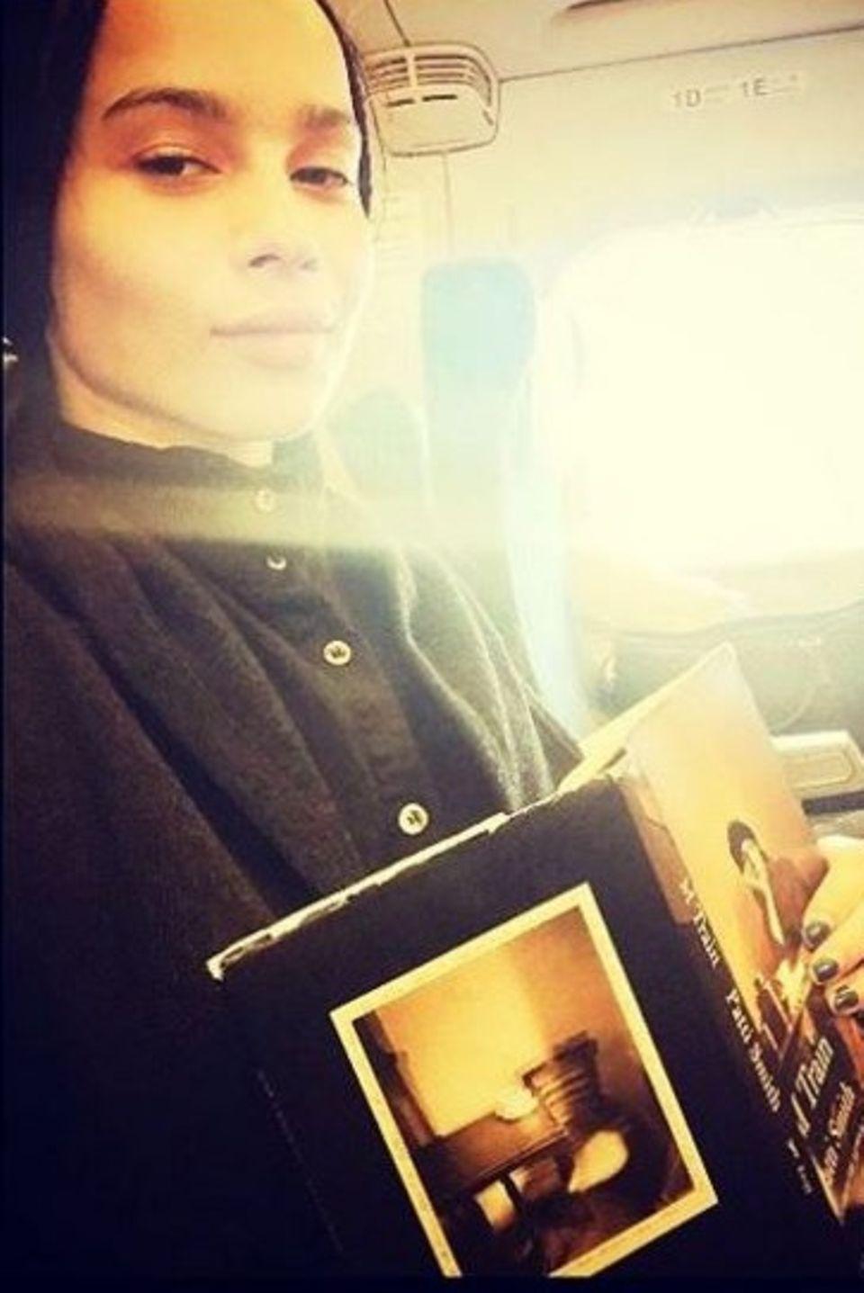 Zoe Kravitz vetreibt sich die Zeit im Flieger mit einem Buch von Patti Smith: MTrain.