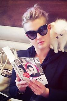Kelly Osbournes Flugzeug verspätet sich um 6 Stunden, also beschließt sie zu lesen. Hündchen Nancy leistet ihr dabei Gesellschaft und schaut von ihrer Schulter aus ganz interessiert in die Memoiren von David Crabb.