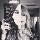 """Georgia May Jagger promotet ihre Freundin Ally Hilfiger, Tochter des Modedesigners Tommy Hilfiger. Sie veröffentlicht das Buch """"Bite Me"""" über Lyme-Borreliose, eine Infektionskrankheit."""