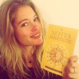 """Das niederländische Supermodel Doutzen Kroes freut sich über das Buch """"Notes for a Young Prince""""."""