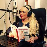 """Daniela Katzenberger liest lieber ihre eigenen Bücher - und zwar laut! Im Tonstudio auf Mallorca nimmt sie die Hörbuchversion ihres Buches """"Eine Tussi wird Mama"""" auf."""