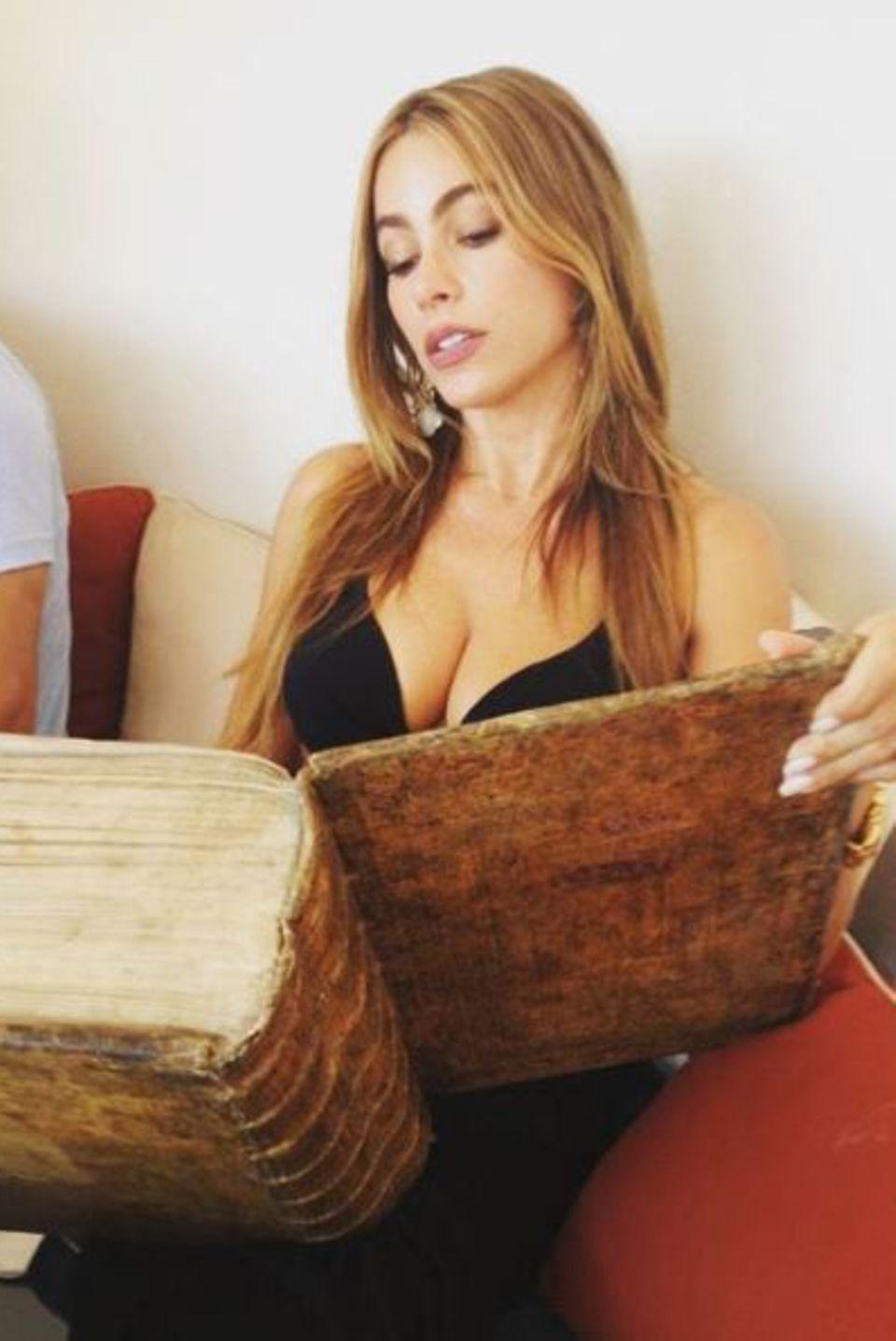 Leichte Urlaubslektüre: Schauspielerin Sofia Vergara scheint auf Mykonos ihr Lieblingsbuch gefunden zu haben.