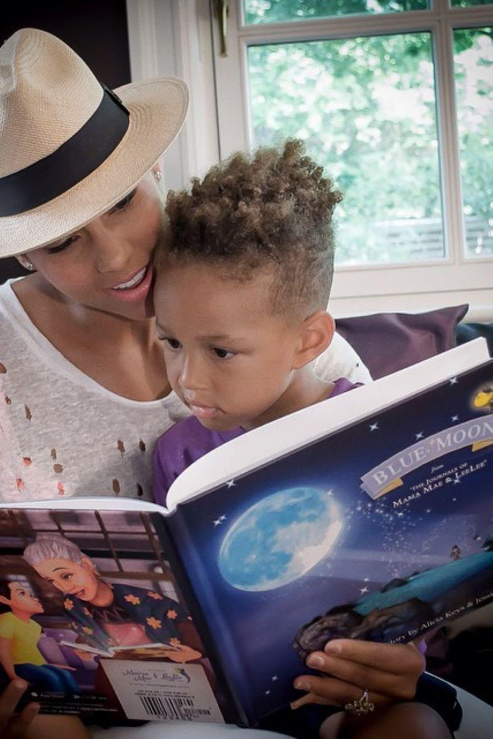 """Alicia Keys genießt die Zeit mit ihrem Sohn Egypt. Sie liest ihm aus ihrem Kinderbuch """" Blue Moon"""" vor."""