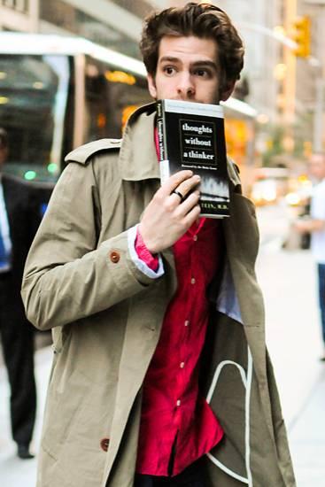 Andrew Garfield nutzt das buddhistische Lesewerk als Versteck vor den Fotografen.