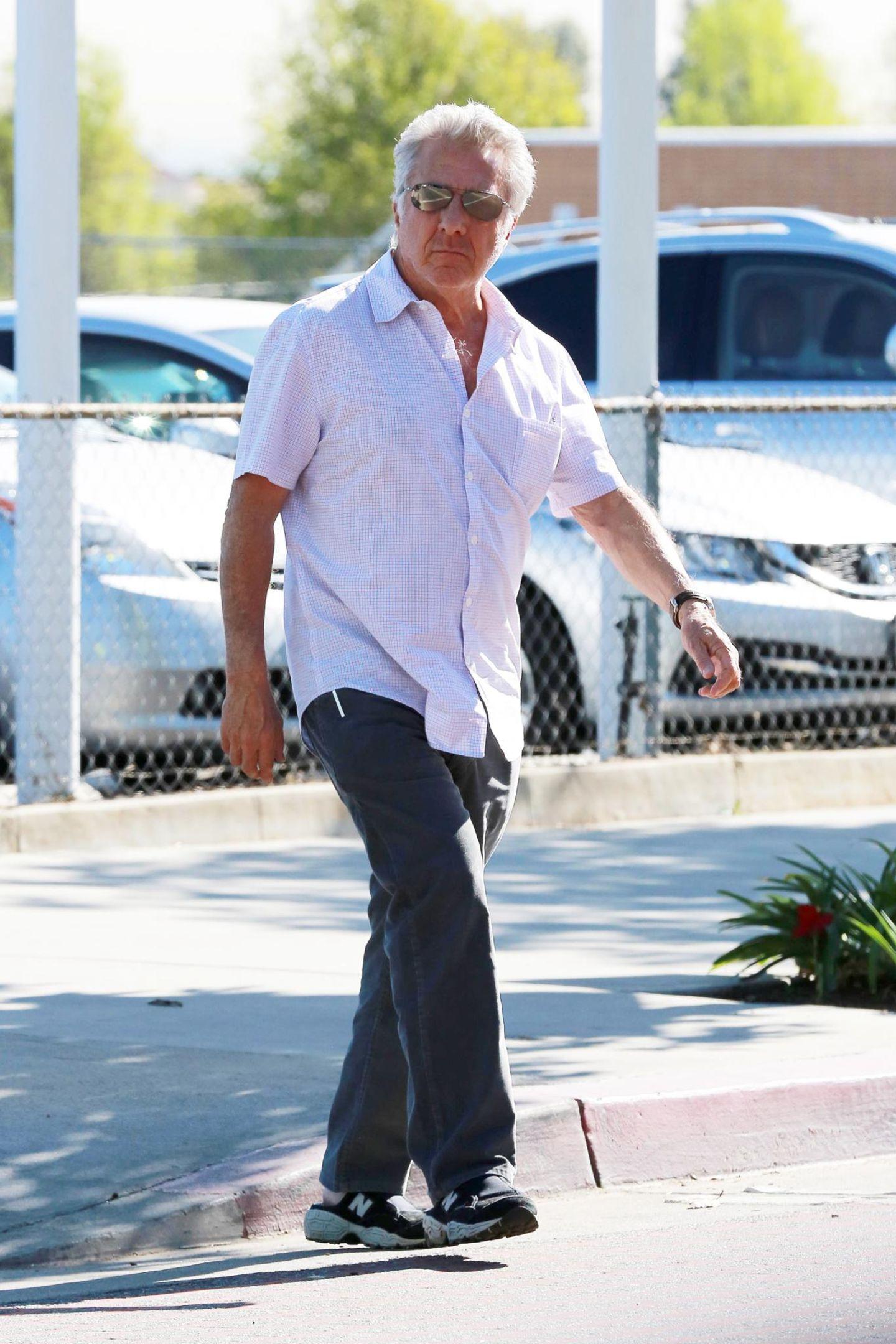 Dustin Hoffman treibt seine Scherze mit den Fotografen, die ihn belagern.
