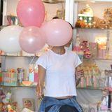 Luftballons sind nicht unbedingt sehr unauffällig, um sich zu verstecken. Erkennt ihr den Star dahinter?