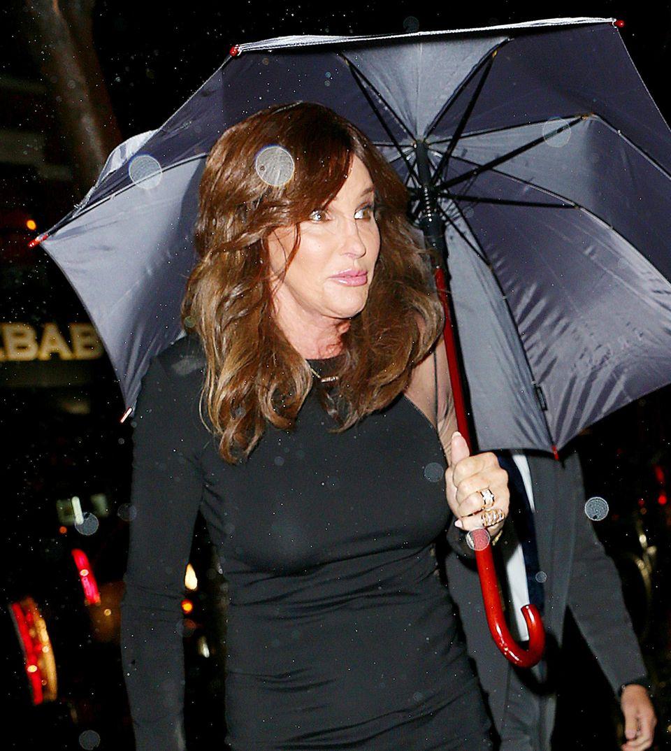 Caitlyn Jenner versucht nicht nass zu werden.
