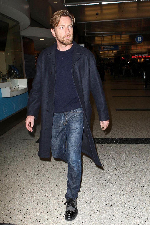 ... sondern Ewan McGregor. Bei einem Frisörbesuch hat er das rötliche Haar gegen schwarzes eingetauscht. Hoffentlich für eine Rolle.