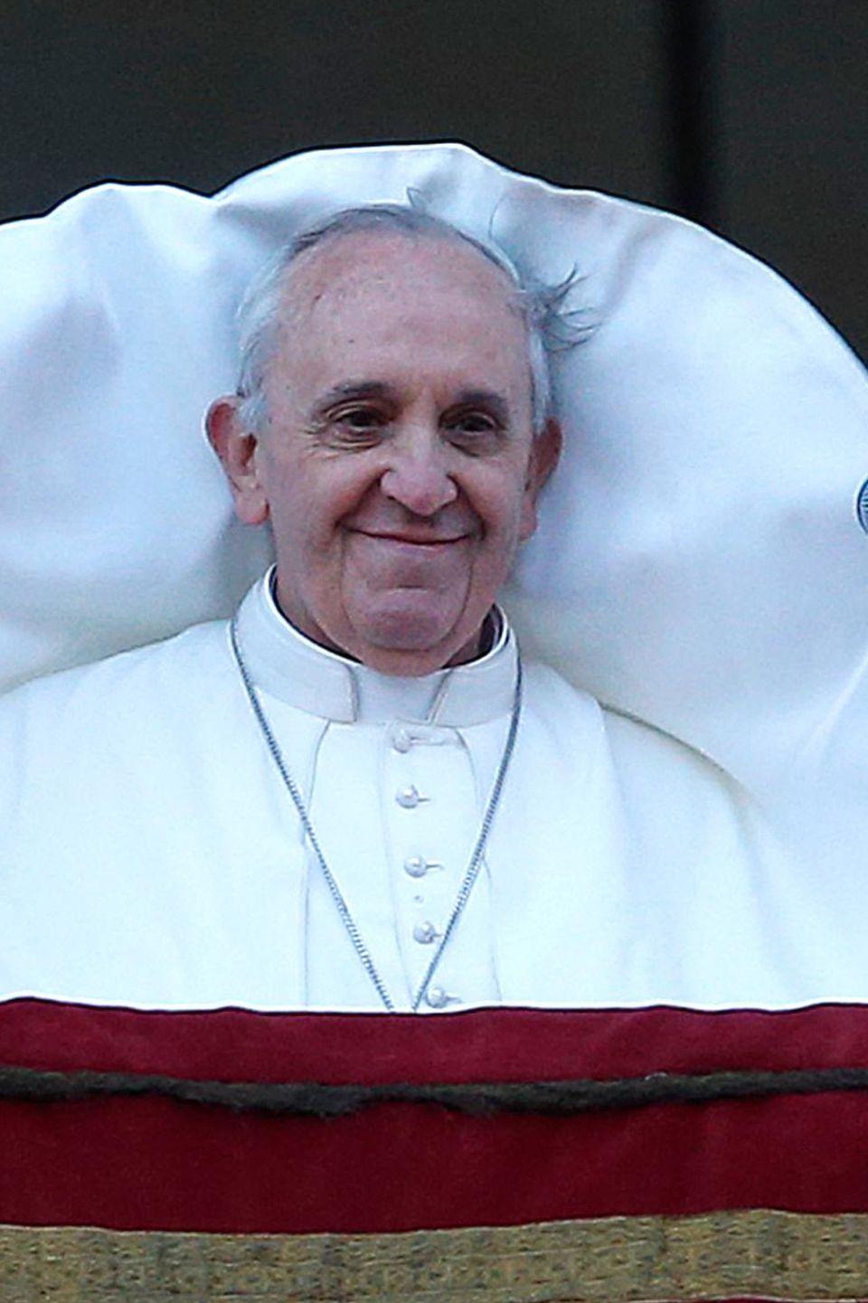 Es ist sehr windig auf dem Petersplatz im Rom. Papst Franziskus nimmt sein Kleidungsmalheur aber mit Humor.
