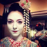 Welcher Star hat sich denn hier als Geisha verkleidet?