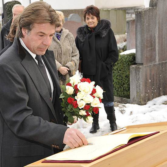 19. Januar 2010: Patrick Lindner trägt sich in das Kondolenzbuch für Petra Schürmann ein.