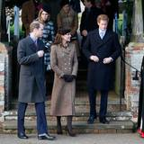 Prinz William, Ehefrau Catherine und Prinz Harry verlassen die Kirche. Links hinten ihnen: Prinzessin Beatrice, die Tochter von Prinz Andrew.