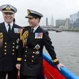 """Prinz Andrew und Prinz Edward posieren an Deck der """"Havengore""""."""