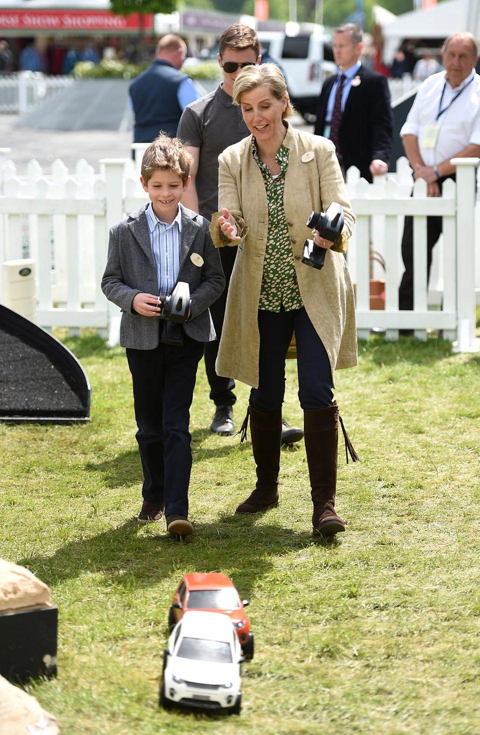"""14. Mai 2016  James, Viscount Severn, und seine Mutter Gräfin Sophie haben Spaß auf der """"Royal Windsor Horse Show"""" mit ferngesteuerten Land Rovern."""
