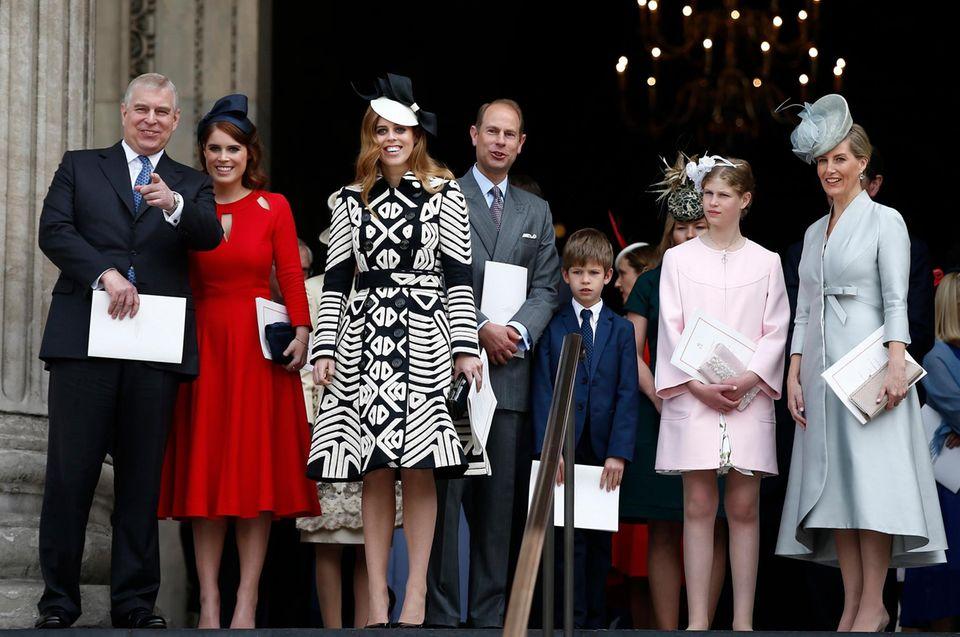 10. Juni 2016  Zum nationalen Dankgottesdienst versammeln sich die Windsors in großer Zahl, um einerseits den 80. Geburtstag der Queen zu feiern, andererseits den 95. von Prinz Philip. Auf den Stufen von St. Paul's Cathedral sind (links) Prinz Andrew und seine Töchter Beatrice und Eugenie, Gräfin Sophie von Wessex und Prinz Edward mit den beiden Queen-Enkelkindern James und Louise.
