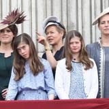 """11. Juni 2016: Nicht alle sind gleich gut geübt in den repräsentativen Pflichten der Royals: Estella und Eloise Taylor, die Töchter von Lady Helen Windsor, zum Beispiel. Aber wenn man um Platz 50 der Thronfolge steht, gibt es außer dem Balkonbesuch am """"Trooping the Colour""""-Tag ja glücklicherweise auch nicht viele öffentliche Auftritte für die Teenager, deren Großvater ein Cousin der Queen ist. Links und rechts mit auf dem Bild: Prinzessin Eugenie und Lady Gabriella Windsor."""