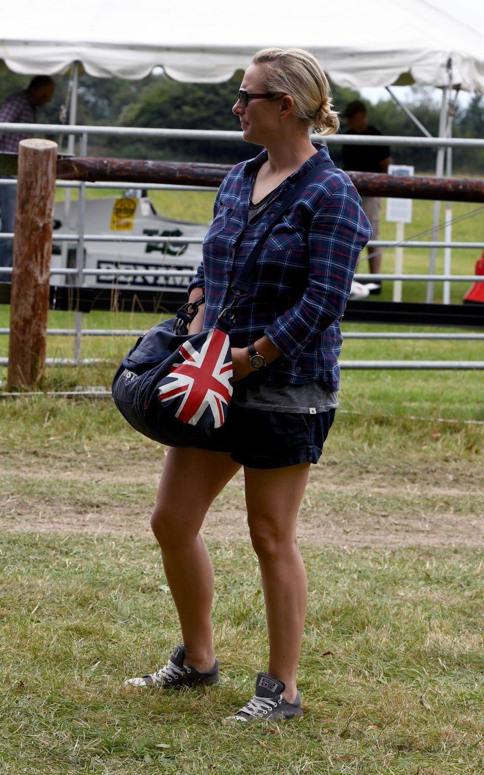 18. September 2016: Zara Tindall zeigt als Gast bei einem Pferderennen Nationalstolz auf ihrer Tasche mit Union Jack. Oma Elizabeth würde es bestimmt gefallen.