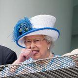 """4. Juni 2016  Die Queen knabbert beim Besuch des """"Epsom Derby Festivals"""" nervös an ihrem Daumen. Verliert ihr Pferd etwa?"""