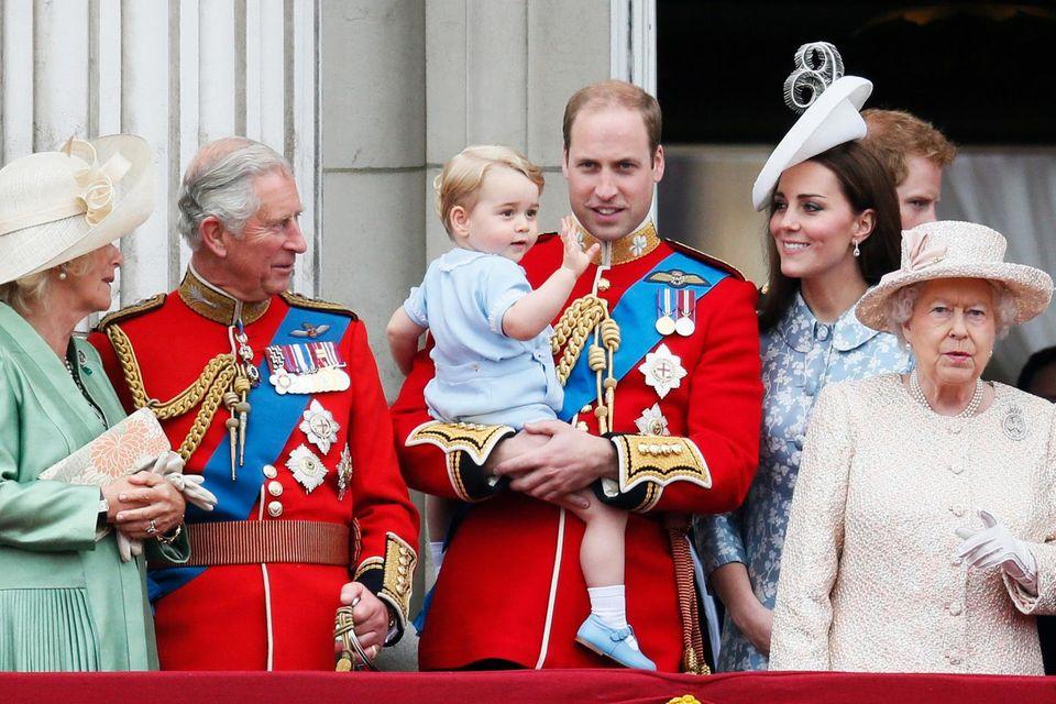 """13. Juni 2015  Doch dann winkt Prinz George auf dem Balkon schon wie ein Großer nach unten. Er ist zum ersten Mal bei der """"Trooping the Color""""-Parade mit dabei."""