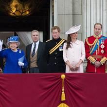 """15. Juni 2013   Die Familie Windsor versammelt sich zu den Feierlichkeiten """"Trooping the Colour"""" auf dem Balkon von Buckingham Palace. Zu Ehren der Queen findet jährlich eine Parade statt und Düsenjets jagen durch den Himmel Londons."""