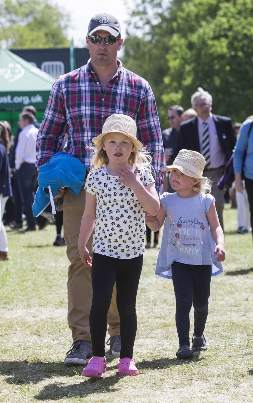 """15. Mai 2016  Peter Phillips schlendert mit seinen beiden Töchtern Savannah und Isla über die """"Royal Windsor Horse Show""""."""