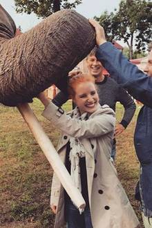 """Die Schauspieler Jessica Chastain und Daniel Brühl spielen gemeinsam im Film """"The Zookeeper`s Wife. Hier amüsieren sich mit ihrer tierischen Kollegin Lilly."""