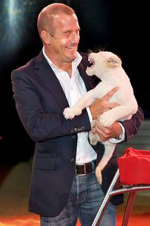 Der Schauspieler Heino Ferch übernimmt die Patenschaft des weißen Babylöwen Ocean im Circus Krone in Landsberg am Lech.