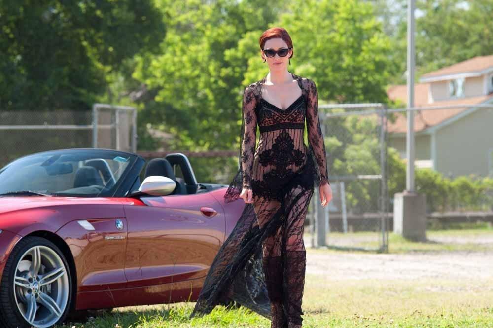 Emmy Rossum trägt bei ihrem ersten Auftritt als Ridley ein gewagtes, transparentes und mit schwarzer Spitze besetztes Kleid, das unmittelbar ihren Rollencharakter verrät.