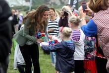 Herzogin Catherine nimmt bei ihrem ersten öffentlichen Auftritt, seit der Geburt ihres Sohnes, viele Glückwünsche und kleine Geschenke entgegen.