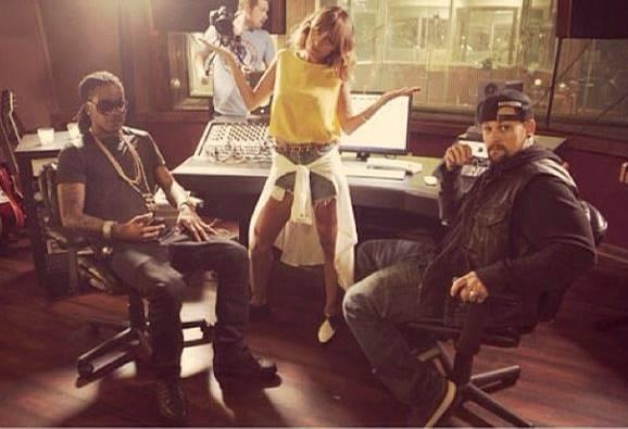"""Nicole Richie mit dem Rapper Ebone Hoodrich im Tonstudio. Auch ihr Schwager Benji Madden aus der Band """"Good Charlotte"""" ist dabei."""